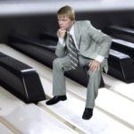 ピアノの上で悩む人