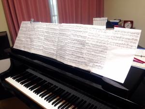 ピアノの上の楽譜写真